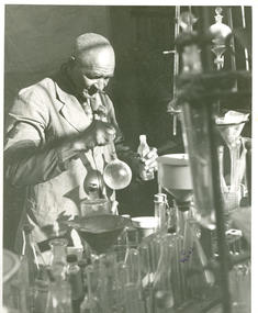D.4.5.5-Carver-in-lab-circa-1935-A.3.1.jpg